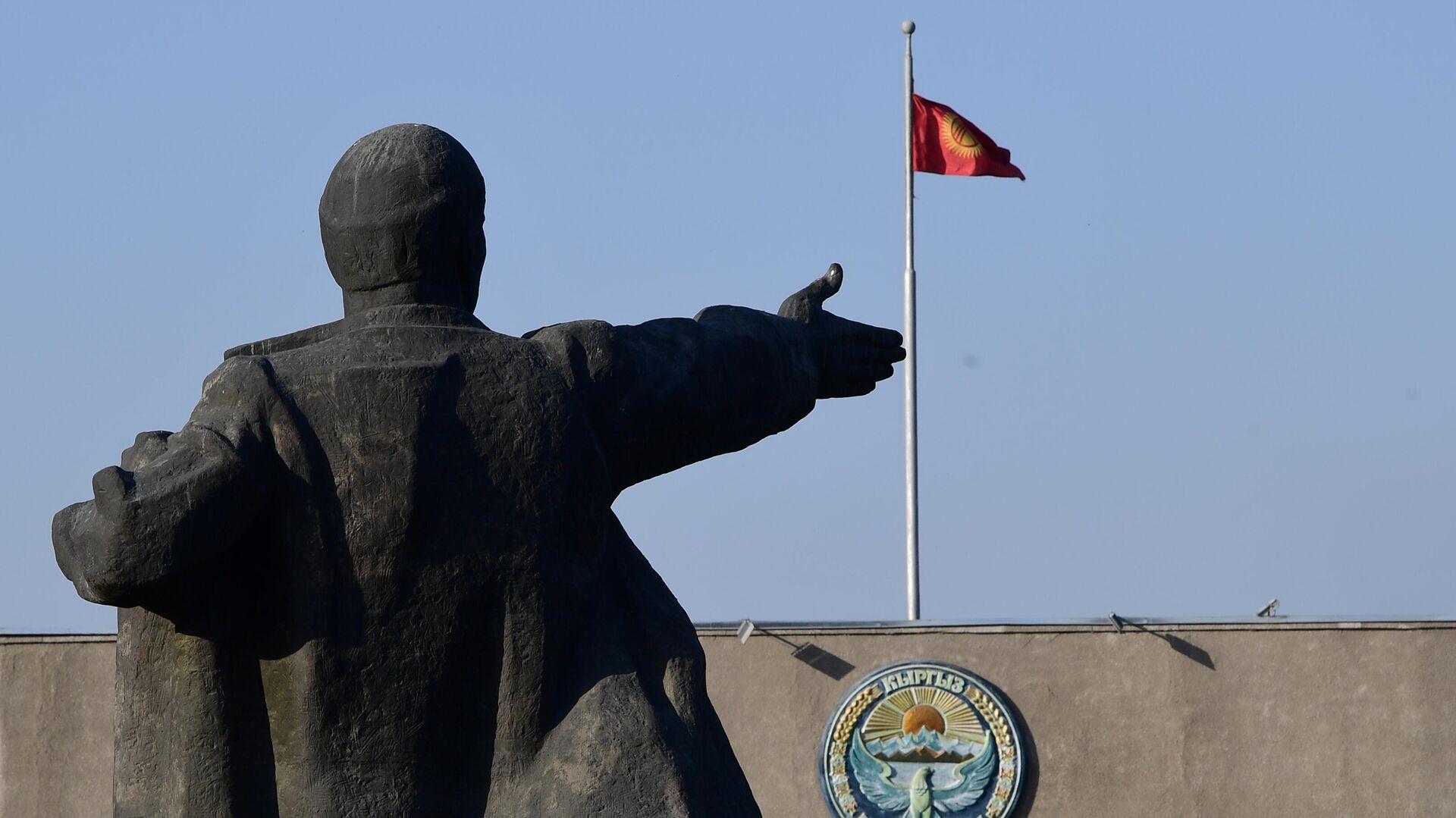 Памятник В. И. Ленину на Старой площади в Бишкеке  - РИА Новости, 1920, 27.11.2020