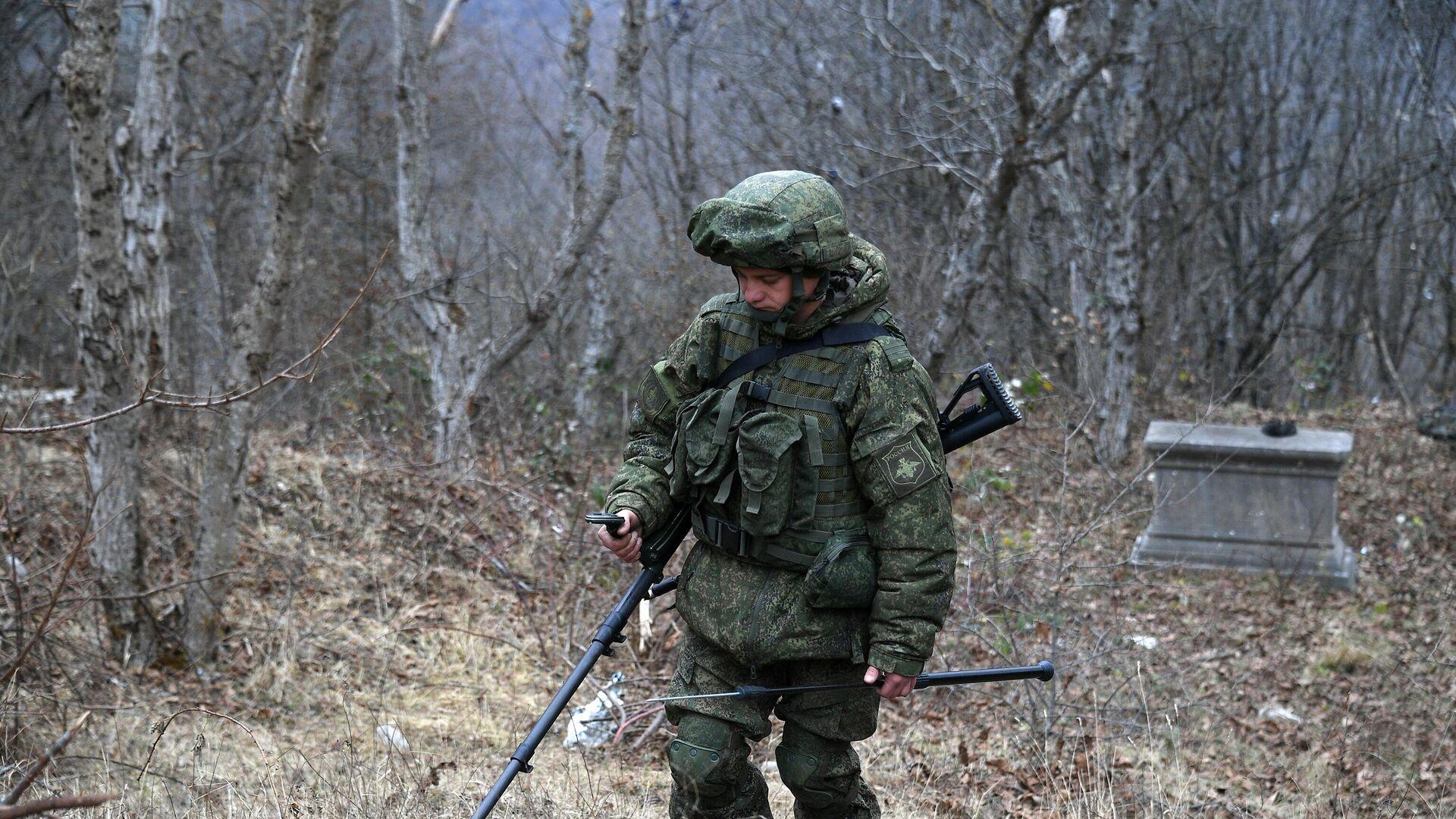 Сапер Вооруженных сил РФ проводит гуманитарное разминирование местности в Нагорном Карабахе - РИА Новости, 1920, 28.11.2020
