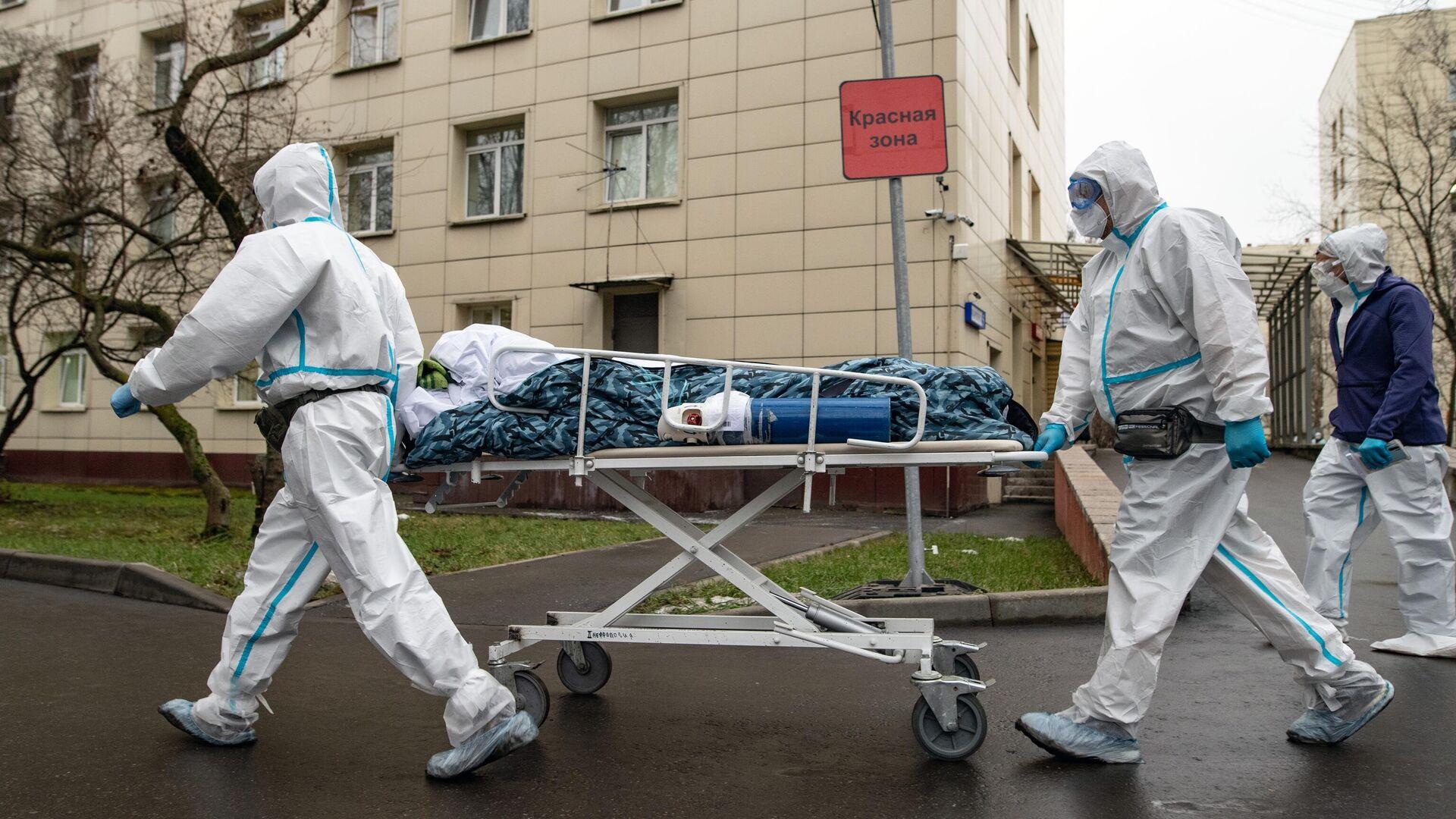 Медицинские работники транспортируют пациента в красную зону госпиталя COVID-19 в городской клинической больнице № 52 в Москве - РИА Новости, 1920, 04.12.2020