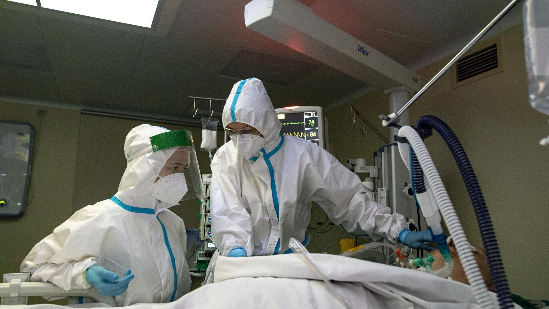Медицинские работники в отделении реанимации и интенсивной терапии в госпитале COVID-19 в городской клинической больнице № 52 в Москве - РИА Новости, 1920, 12.01.2021