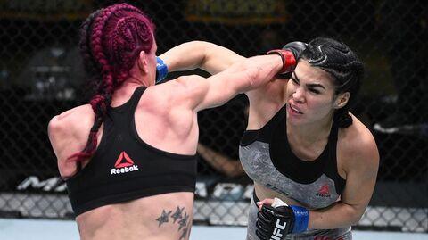 Рэйчел Остович (справа) в бою с Джиной Мазани
