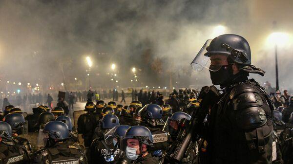 Сотрудники полиции во время акции недовольства действиями правоохранительных органов в отношении мигрантов и против внесения поправки к закону О национальной безопасности