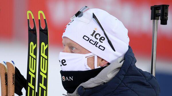 Йоханнес Бе (Норвегия), занявший 2-е место в индивидуальной гонке на 20 км среди мужчин на I этапе Кубка мира по биатлону в финском Контиолахти, на церемонии награждения.