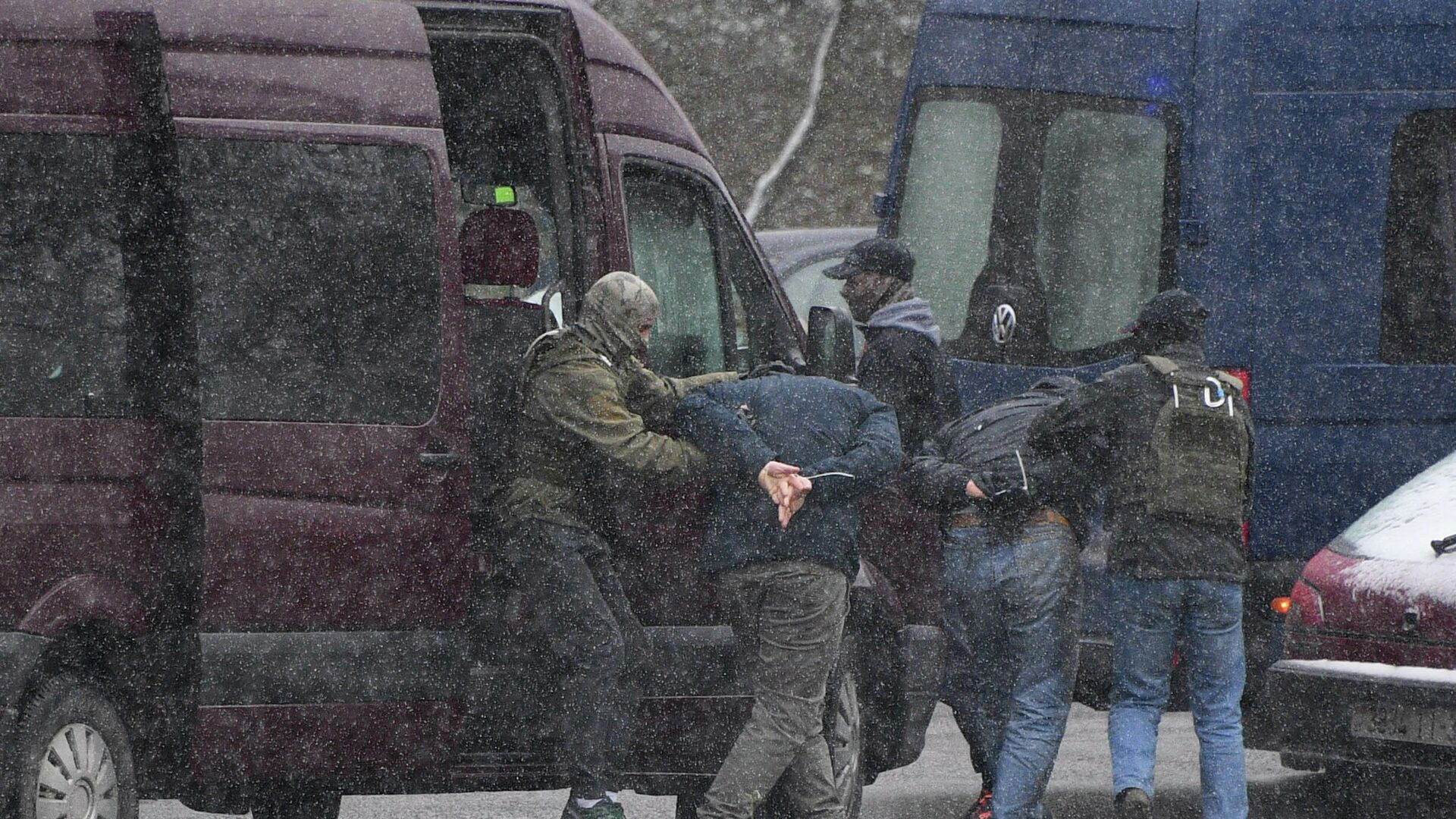 Сотрудники правоохранительных органов задерживает участника несанкционированной акции протеста Марш соседей в Минске - РИА Новости, 1920, 30.11.2020