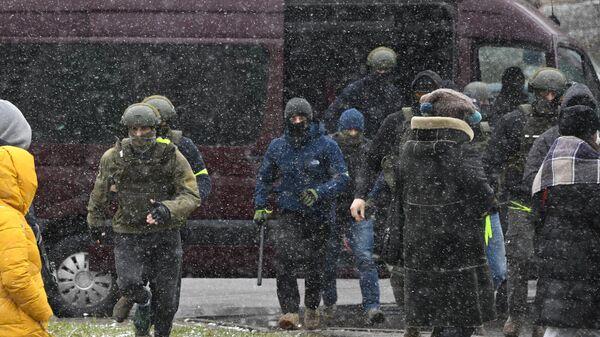 Сотрудник правоохранительных органов во время несанкционированной акции протеста Марш соседей в Минске