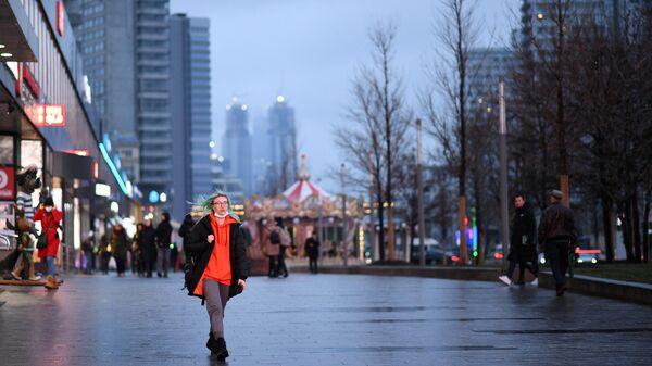 Девушка прогуливается на Новом Арбате в Москве