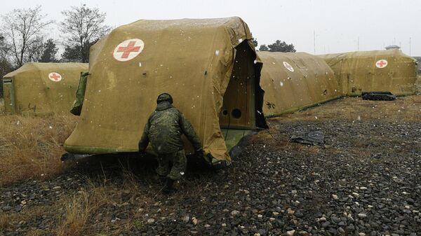 Российские военнослужащие устанавливают каркасный модуль на территории мобильного полевого госпиталя неподалеку от Степанакерта