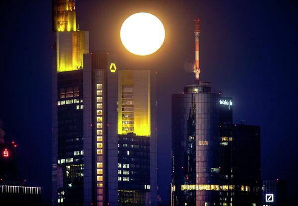 Бобровая луна над Франкфуртом, Германия
