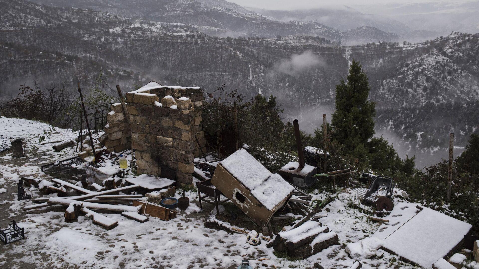 Разрушенный дом в одном из поселков в Нагорном Карабахе - РИА Новости, 1920, 03.12.2020
