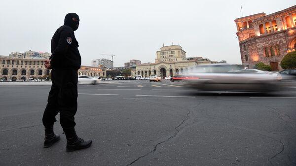 Сотрудник правоохранительных органов на площади Республики в Ереване