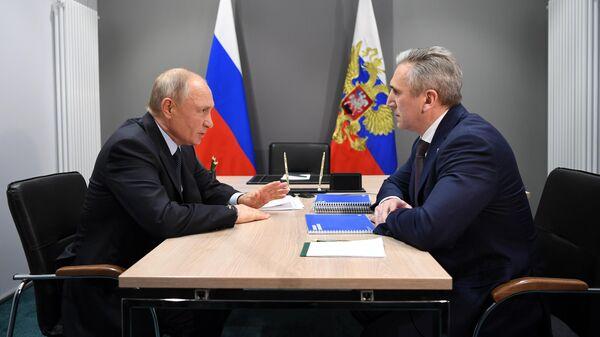 Президент РФ Владимир Путин и губернатор Тюменской области Александр Моор во время встречи в Тюмени