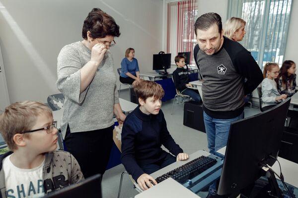 Школьники изучают язык  программирования С# по цифровому учебнику Кибер Книга