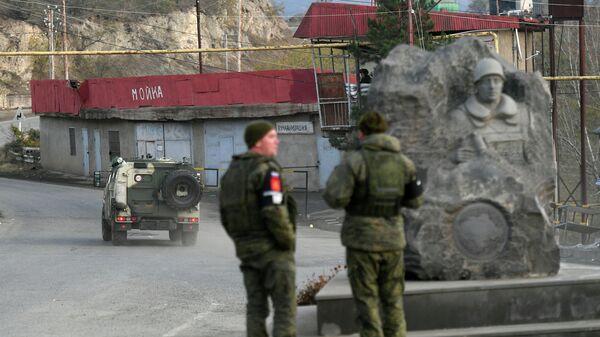 Российские миротворцы на одной из улиц в городе Лачин (Бердзор) в Нагорном Карабахе