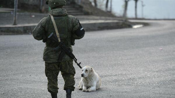 Российский миротворец на одной из улиц в городе Лачин (Бердзор) в Нагорном Карабахе