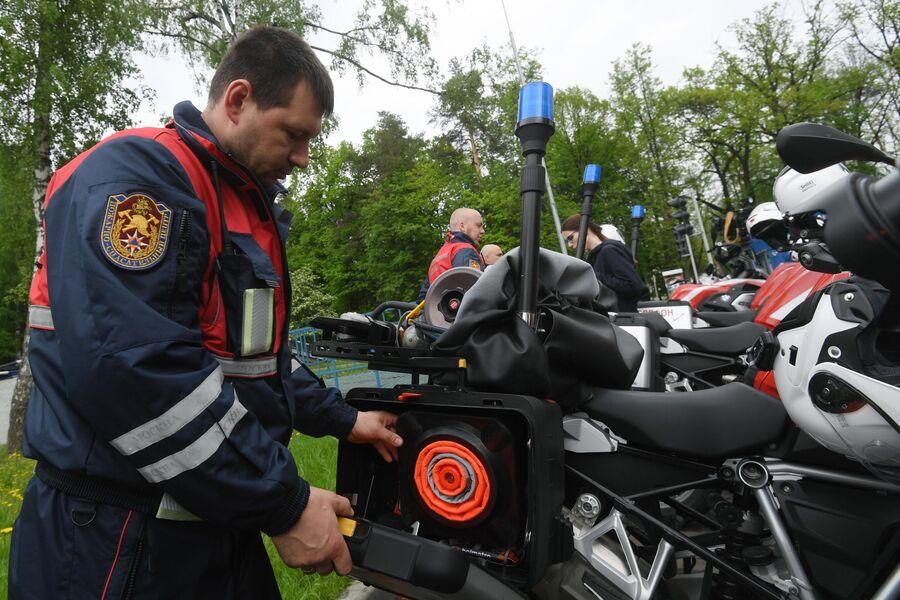 Спасатель мотогруппы проверяет оборудование и оснащение перед учениями по устранению последствий дорожно-транспортного происшествия на территории учебно-тренировочного полигона Апаринки в Московской области.