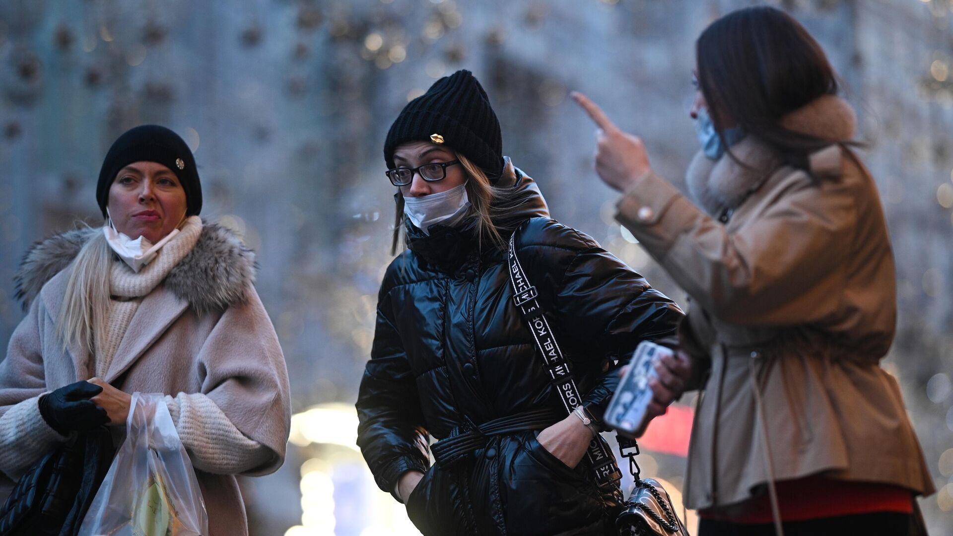 Девушки в защитных масках на улице в Москве - РИА Новости, 1920, 04.12.2020