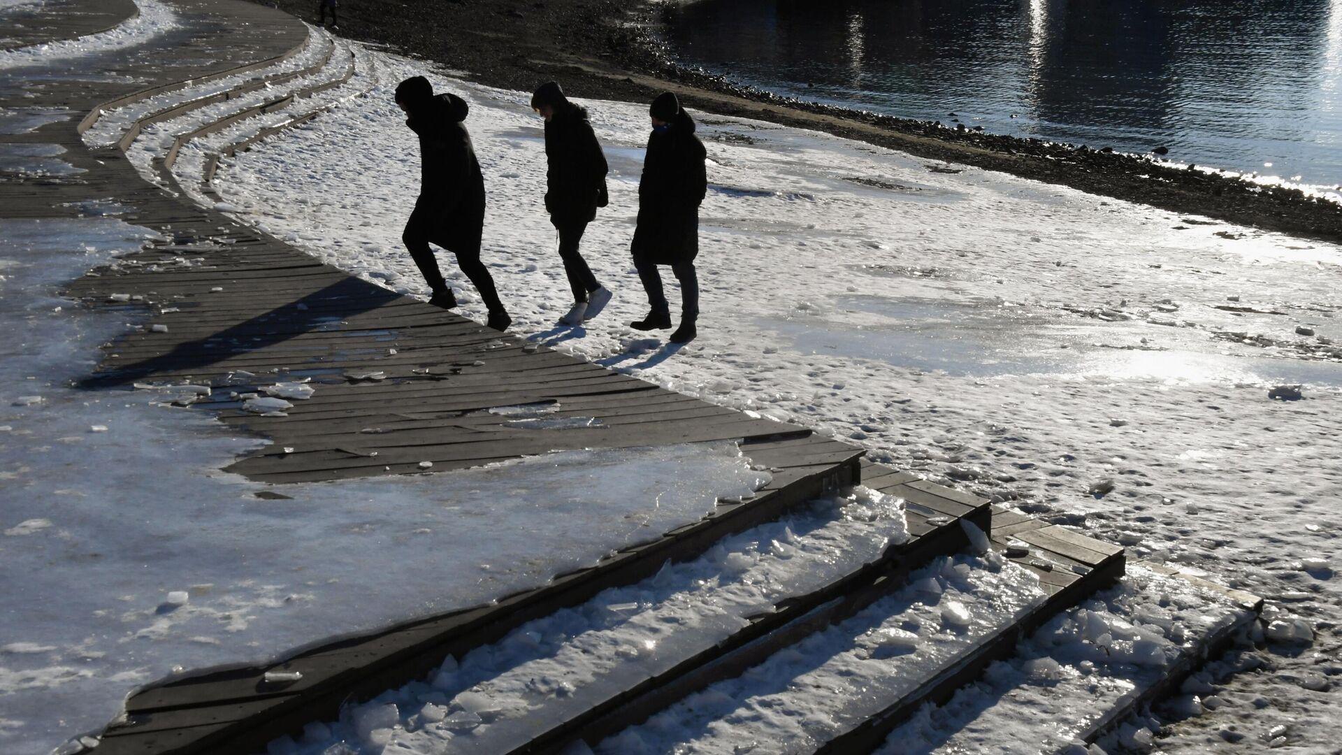 Молодые люди на набережной Спортивной гавани во Владивостоке - РИА Новости, 1920, 28.02.2021