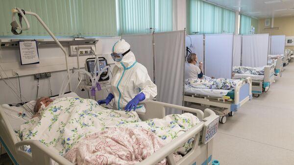 Медицинский работник в отделении реанимации и интенсивной терапии в госпитале для больных COVID-19 в  Московском клиническом центре инфекционных болезней Вороновское