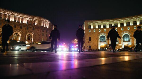 Сотрудники правоохранительных органов на площади Республики в Ереване во время шествия оппозиции с требованием отставки премьер-министра Армении Никола Пашиняна