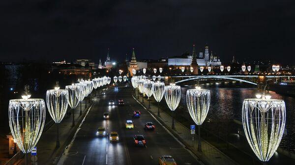 Пречистенская набережная в Москве вечером.