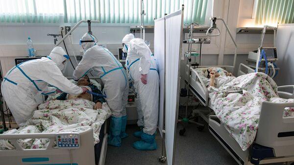 Медицинские работники и пациенты в отделении реанимации и интенсивной терапии в госпитале для больных COVID-19 в  Московском клиническом центре инфекционных болезней Вороновское