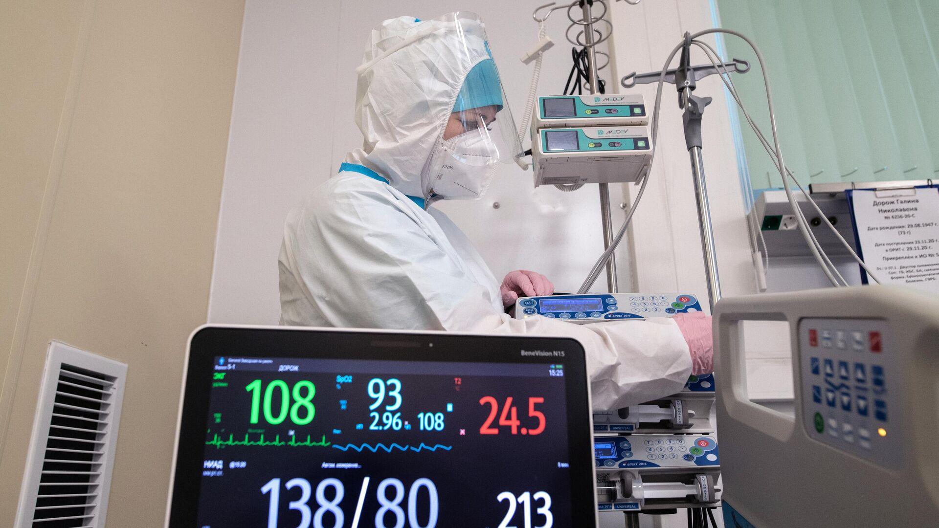 Медицинский работник в отделении реанимации и интенсивной терапии в госпитале для больных COVID-19 - РИА Новости, 1920, 04.08.2021