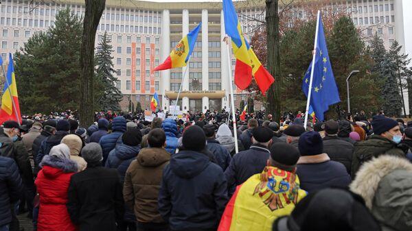 Участники акции сторонников избранного президента Молдавии Майи Санду у здания парламента в Кишиневе