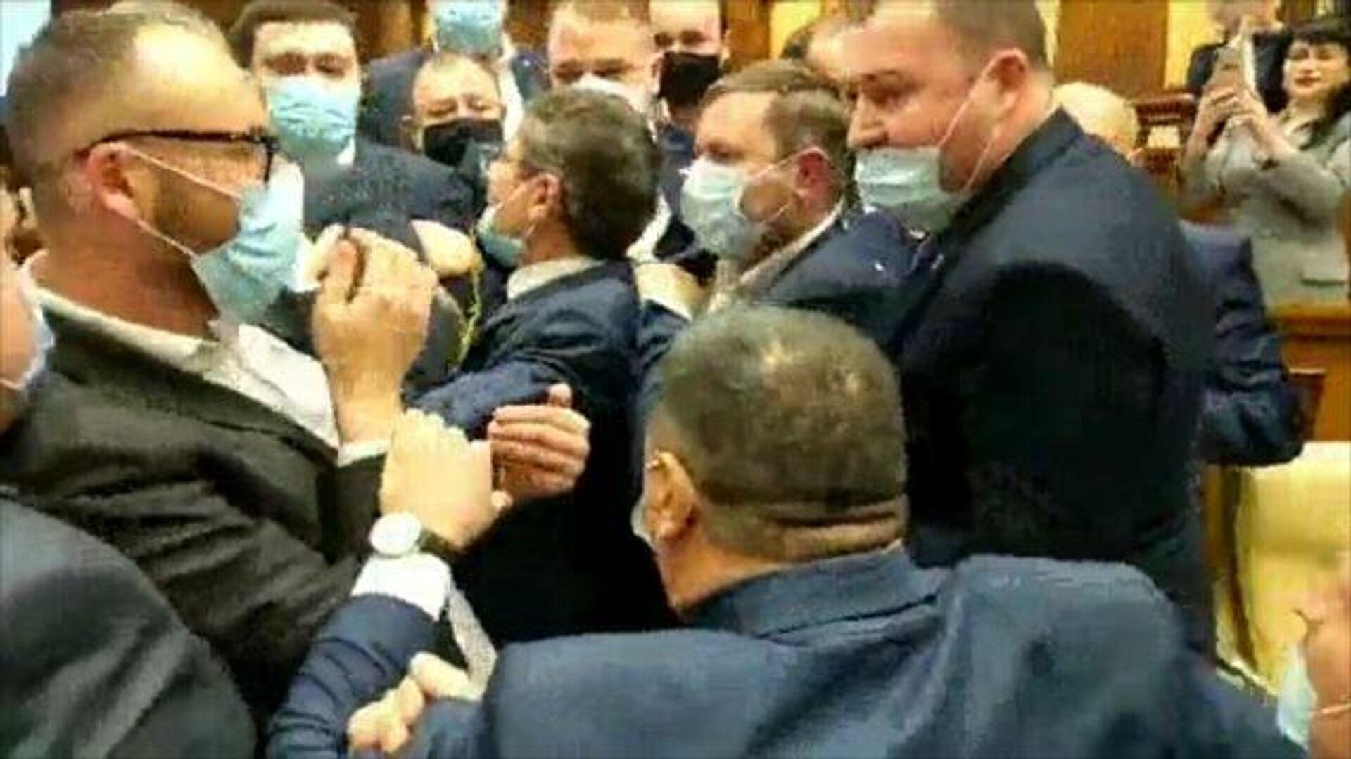 Потасовка в парламенте Молдавии: сторонники Санду пытаются прорваться к министру финансов - РИА Новости, 1920, 03.12.2020