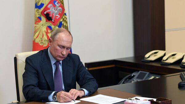 Президент РФ Владимир Путин во время встречи в режиме видеоконференции с представителями общественных организаций инвалидов