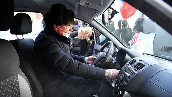 Губернатор Омской области Александр Бурков за рулем автомобиля LADA Granta