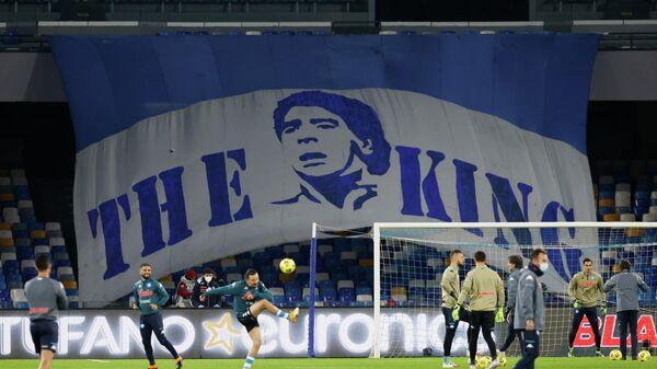Баннер в память о Диего Марадоне на трибунах стадиона в Неаполе