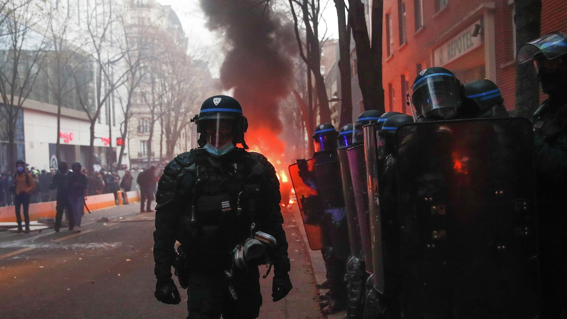 Полиция акции протеста против законопроекта О глобальной безопасности в Париже - РИА Новости, 1920, 05.12.2020
