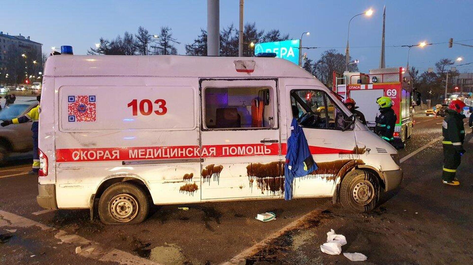 В Москве скорая помощь перевернулась при ДТП