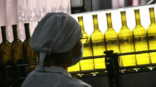 Сотрудница винодельческого завода