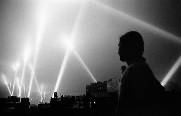 Великая Отечественная война 1941-1945 гг. Лучи прожекторов войск ПВО освещают небо Москвы. Москва, июнь 1941 год.
