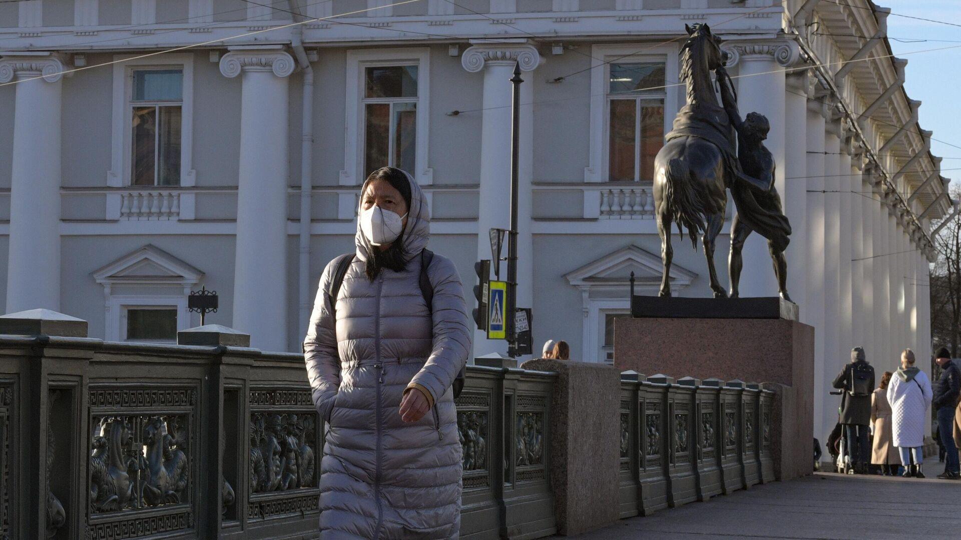 Девушка в маске на Невском проспекте в Санкт-Петербурге - РИА Новости, 1920, 07.12.2020