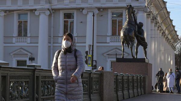 Девушка в маске на Невском проспекте в Санкт-Петербурге