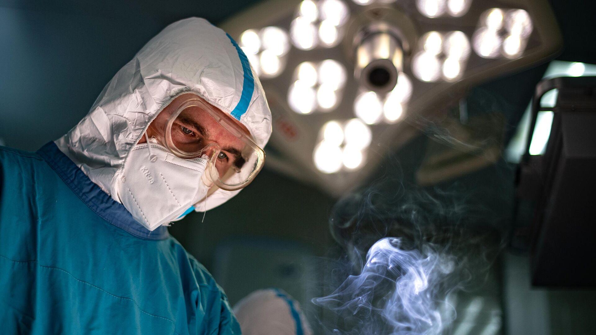 Хирург во время операции в операционном блоке городской клинической больнице №15 имени О. М. Филатова в Москве - РИА Новости, 1920, 17.12.2020