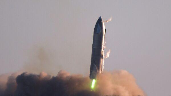 Сверхтяжелая ракета Starship SN8 компании SpaceX перед взрывом во время попытки обратной посадки в Бока-Чика