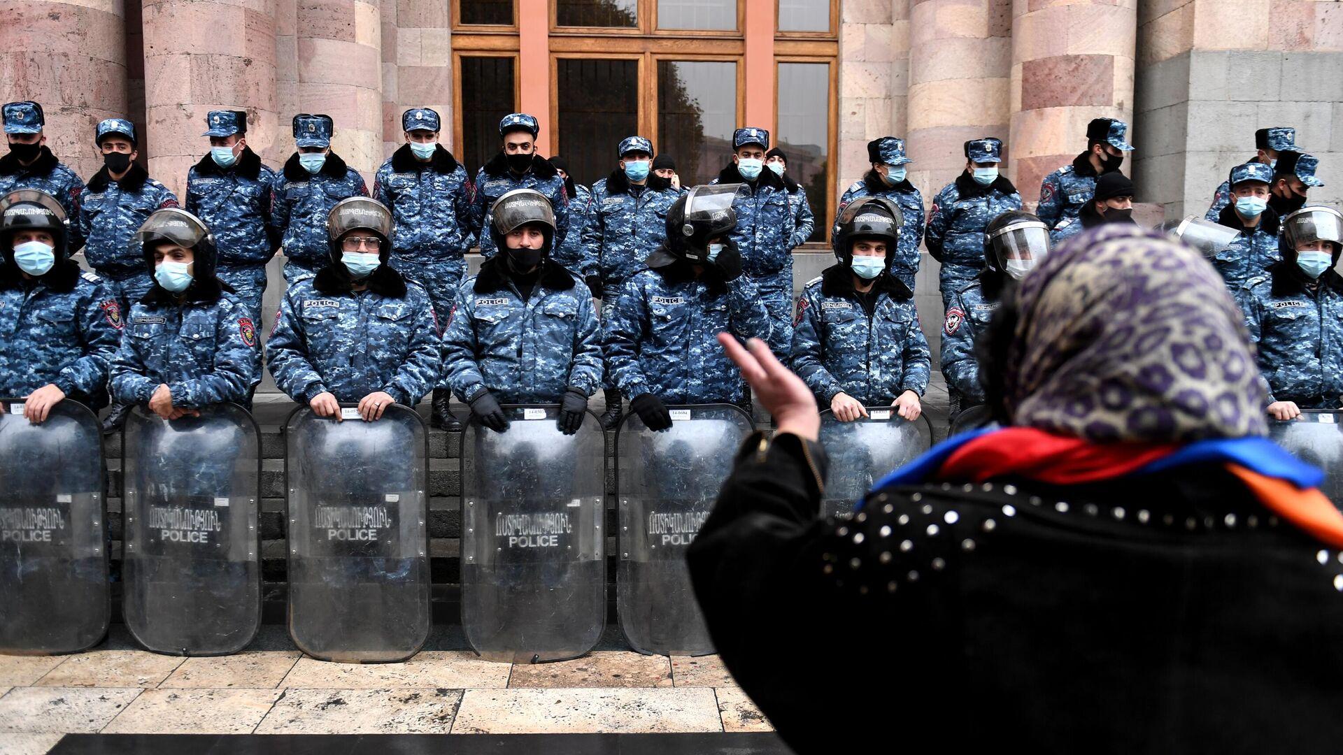 Сотрудники полиции следят за соблюдением порядка во время акции протеста в Ереване - РИА Новости, 1920, 16.12.2020