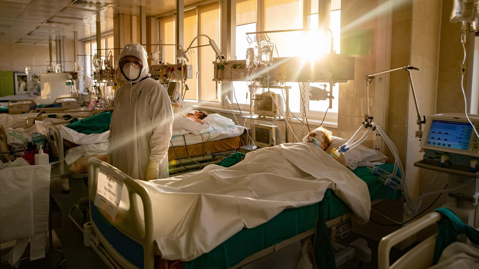 Медицинский сотрудник в отделении реанимации и интенсивной терапии городской клинической больницы № 15 имени О. М. Филатова в Москве - РИА Новости, 1920, 13.12.2020