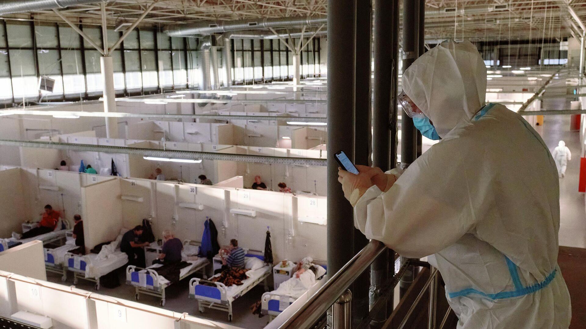 Отделение больных средней тяжести во временном госпитале для больных COVID-19, организованном в выставочном комплексе Ленэкспо - РИА Новости, 1920, 13.06.2021