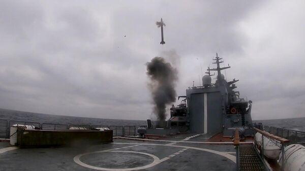 Учебно-боевой пуск баллистической ракеты с борта новейшего корвета Гремящий на испытаниях в Балтийском море