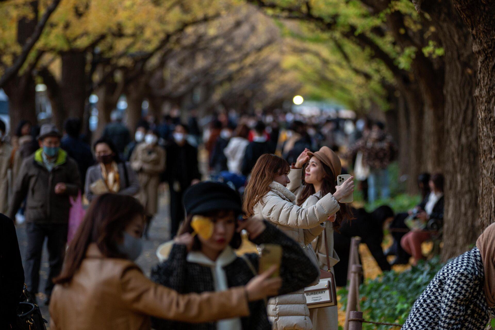 Люди на прогулке в Токио  - РИА Новости, 1920, 11.12.2020