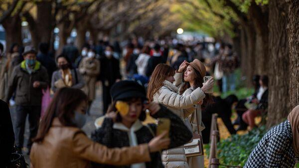 Люди на прогулке в Токио