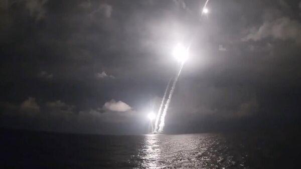 Залповый пуск четырех баллистических ракет Булава, в рамках плановых мероприятий боевой подготовки Тихоокеанского флота из подводного положения с атомной подлодки Владимир Мономах в Охотском море