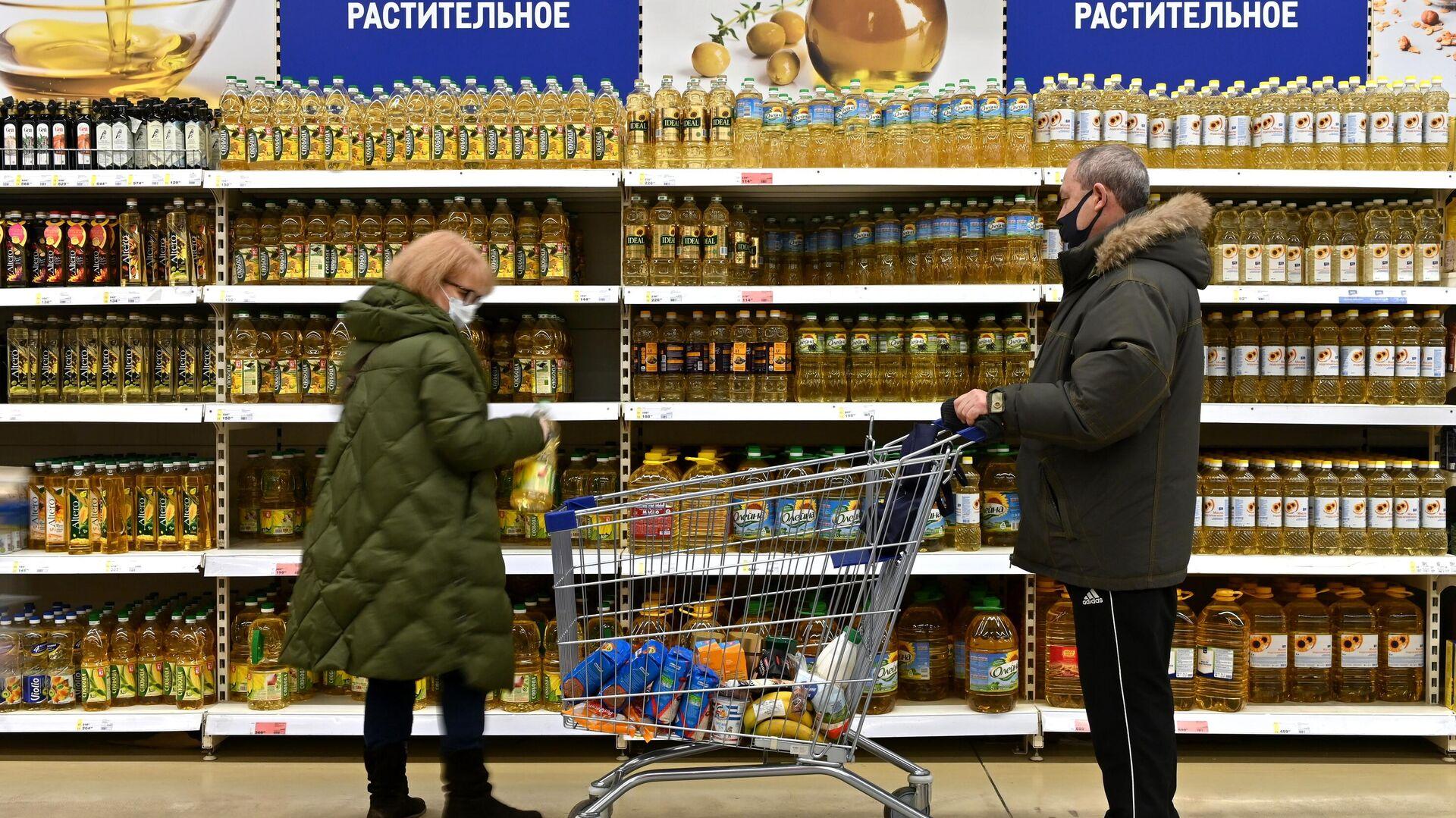 Бутылки с растительным маслом на полке магазина - РИА Новости, 1920, 25.01.2021