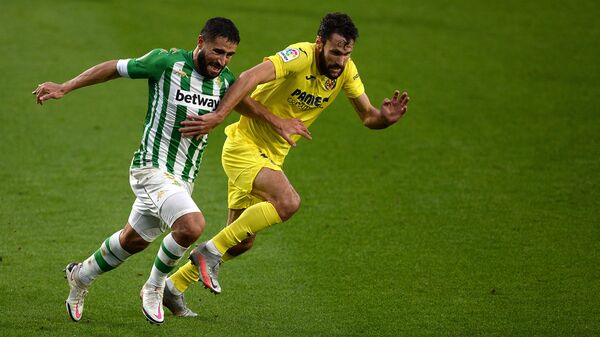 Villarreal's Spanish defender Alfonso Pedraza (R) vies for the ball with Real Betis' French midfielder Nabil Fekir during the Spanish league football match between Real Betis and Villarreal CF at the Benito Villamarin stadium in Seville on December 13, 2020. (Photo by CRISTINA QUICLER / AFP)