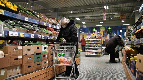 Покупатели в одном из магазинов сети Пятерочка в Москве