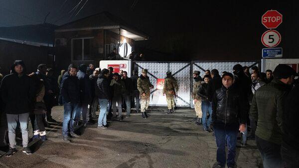 Родственники военнопленных во время встречи российского самолета, доставившего из Баку более 40 армянских военнопленных в аэропорту Эребуни в Еревaне